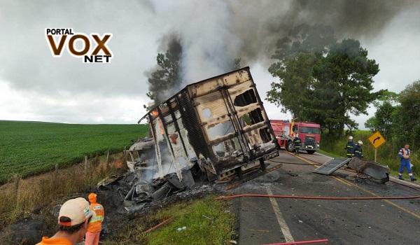 Tragédia – Acidente entre carro e caminhão deixa quatro mortos e um ferido na PR-427
