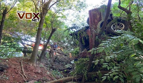 Grave – Caminhonete fica pendurada em árvore e motorista preso às ferragens na PR-323