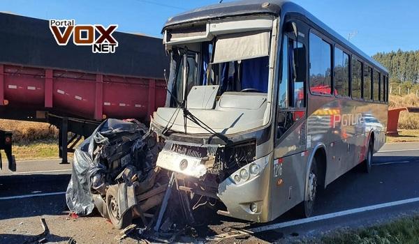 PR-151 – Duas pessoas morrem após carro ser prensado entre ônibus e caminhão