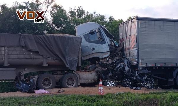 Rodovia do Xisto – Duas pessoas morrem em acidente envolvendo três caminhões e cinco carros