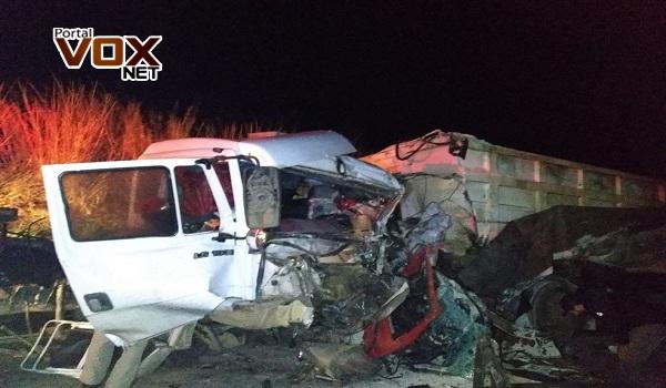 Fatal – Caminhões batem de frente, e motoristas morrem na PR-160